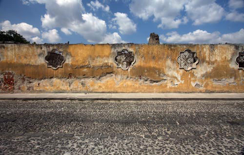 A semi-ruined wall along the streets of Antigua.