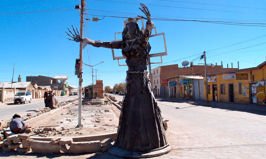 A creepy statue in Uyuni.