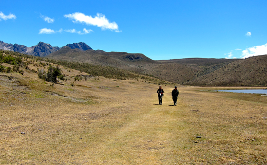Jessica and Kobus hiking around Lake Limpiopongo.