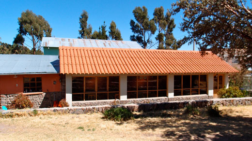 The kitchen and dining area at Las Cabanas in Chucuito.